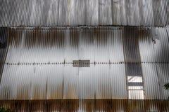 肮脏的生锈的修造的墙壁 免版税图库摄影