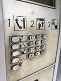 肮脏的电话亭 免版税库存照片