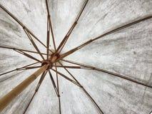 肮脏的白色伞 免版税库存照片