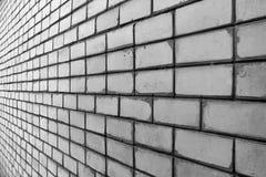 肮脏的白色硅酸盐砖墙透视图  免版税库存图片