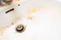 肮脏的白色陶瓷水槽。 免版税库存照片