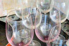 肮脏的空的酒杯和一个红色平底锅,在一顿好晚餐以后, 免版税库存照片
