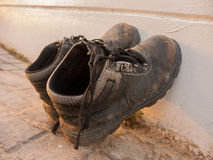肮脏的老棕色鞋子 库存照片