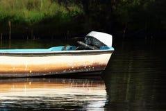 肮脏的老汽船在湖 库存照片