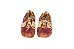 肮脏的老红色皮革炫耀在白色背景隔绝的鞋子 免版税库存照片