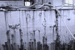 肮脏的老船船身 免版税库存图片
