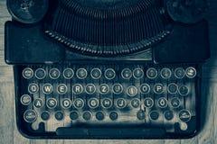 肮脏的葡萄酒控制台打字机键盘用德语 免版税库存图片