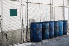 肮脏的蓝色塑料垃圾容器,有肮脏的空白的牌的 库存照片