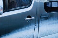 肮脏的蓝色车门 肮脏的玻璃 库存照片