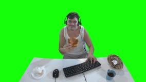 肮脏的衣裳的人吃薄饼的,当使用在计算机上时 影视素材