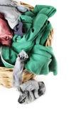 肮脏的衣裳loundry在柳条筐, 库存图片