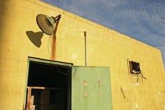 肮脏的被放弃的大厦 免版税库存图片