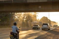 肮脏的路在老挝 免版税库存照片