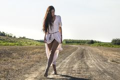 肮脏的路的3吉普赛妇女 库存图片