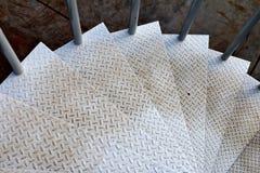 肮脏的钢螺旋形楼梯在工厂 免版税库存照片