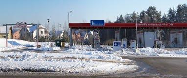 肮脏的随风飘飞的雪和冰在自助洗车前面 免版税图库摄影