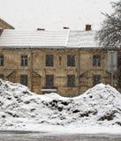 肮脏的雪堆在城市 免版税图库摄影