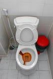 肮脏的洗手间和便壶,在公共厕所碗的生锈的水 库存图片