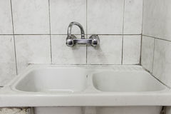 肮脏的洗手间瓦片 免版税图库摄影