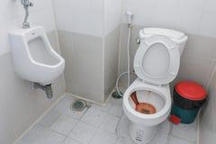 肮脏的洗手间,在公共厕所碗的生锈的水 图库摄影
