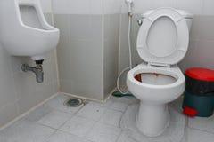 肮脏的洗手间,在公共厕所碗的生锈的水 免版税库存图片