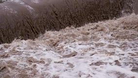 肮脏的水起泡的小河  股票录像