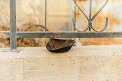 肮脏的kippah圆顶小帽传统犹太宗教事在篱芭单独说谎 库存图片