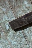 肮脏&油腻木门-蛋壳蓝色最初有角度和显示的letterbox 免版税库存照片