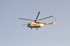 肯尼亚警察用直升机飞行 免版税库存图片