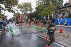肯尼亚赛跑者阿尔伯特Korir运行通过2016年Scotiabank多伦多江边马拉松的33 km周转点 免版税库存图片
