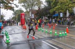 肯尼亚赛跑者Ishhimael Chemtan运行通过2016年Scotiabank多伦多江边马拉松的33 km周转点 免版税库存图片