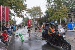 肯尼亚赛跑者Philemon Rono和埃赛俄比亚的赛跑者Seboka Dibaba运行通过33 km周转 库存照片