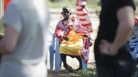 肯尼亚,基苏木- 2017年5月20日:从地方maasai部落的老非洲妇女坐椅子和举行迅速增加 股票视频