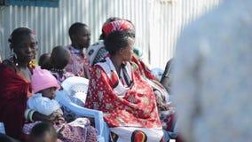 肯尼亚,基苏木- 2017年5月20日:明亮的全国衣裳的非洲妇女从maasai部落坐椅子 影视素材