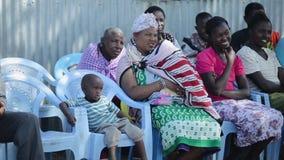 肯尼亚,基苏木- 2017年5月20日:有孩子的年轻africal妇女从坐在椅子的地方maasai部落 股票视频