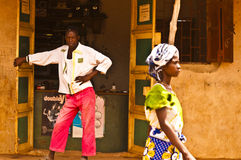 肯尼亚mara马塞语 2011年12月18日:一个肯尼亚人在他的商店门道入口站立在Mombassa 免版税库存图片