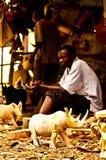 肯尼亚mara马塞语 2011年12月18日:肯尼亚人雕刻一个雕象卖对游人 免版税库存图片