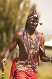 肯尼亚mara马塞语 2011年12月18日:马塞人玛拉战士通过非洲灌木移动 免版税库存照片