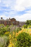 肯辛顿宫殿在肯辛顿庭院里,伦敦,英国 图库摄影