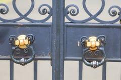 肯辛顿宫殿在肯辛顿庭院,装饰门,伦敦,英国里设置了 库存图片