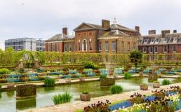 肯辛顿宫殿看法在伦敦 免版税库存图片