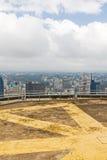 肯雅塔国际会议中心停机坪在内罗毕中心商务区的witn视图  免版税库存照片