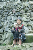 肺凸轮村庄的两个少数族裔孩子 库存图片