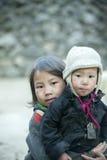 肺凸轮村庄的两个少数族裔孩子 免版税库存图片
