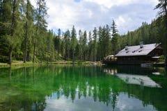 肾上腺皮质激素D ` ampezzo的美丽的鲜绿色湖在白云岩的心脏 库存图片