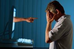 胁迫的计算机cyber互联网人 库存照片