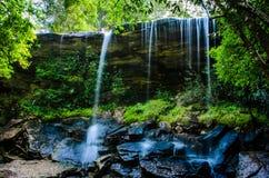 胃如此亦不瀑布,如此Tham Nuea瀑布,流动的水, fal 免版税图库摄影