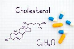 胆固醇化学式与有些药片的 免版税库存照片