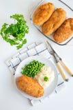 胆小基辅,乌克兰烹调 在面包屑的鸡炸肉排 免版税库存照片