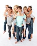背上产生的朋友乘坐他们的少年 免版税库存照片